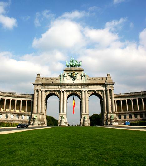 DiadalívA képen a Parc du Cinquantenaire, a belga királyság fennállásának ötvenedik évfordulójára épített diadalív, valamint a két oldalán lévő nagy csarnokok láthatók, melyek az 1880-as világkiállítás eredeti pavilonjainak helyettesítésére épültek.
