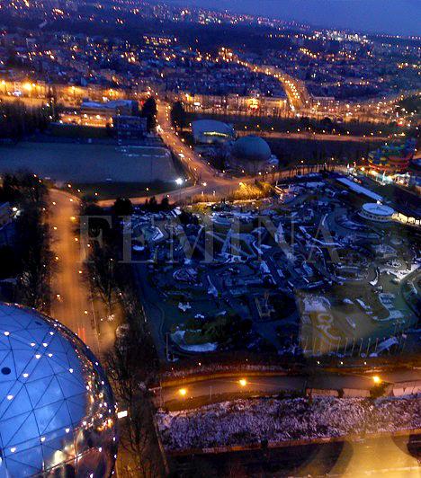 Mini-Europe ParkAz Atomium alatt helyezkedik el a Mini-Europe Park, ahol Európa miniatűr változatban jelenik meg. Íme, az éjszakai kilátás az egyik gömbből a parkra és a városra.