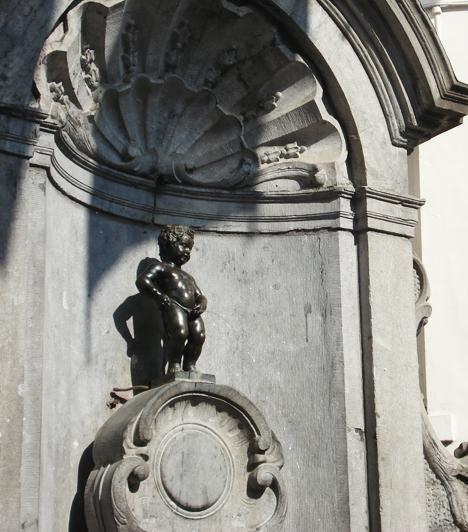 Pisilő kisfiú  Óriási látványosságnak számít a belga fővárosban, Brüsszelben a Manneken Pis. Ez a kis bronz szökőkút-szobor, mely egy, a kút medencéjébe vizelő kisfiút ábrázol, mindössze 58 centiméter. Bizonyos alkalmakkor a szobrot jelmezbe öltöztetik, természetesen úgy, hogy mindennapi feladatát elvégezhesse.
