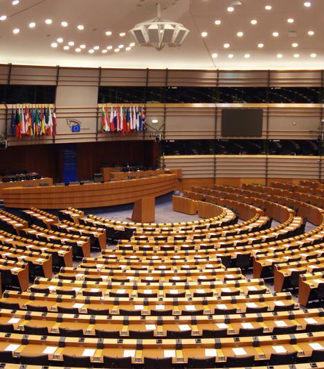 EU Parlament  Az Európai Parlament brüsszeli épülete a Léopold negyedben található. Az épület üléstermében rendezett plenáris üléseken 732 képviselő foglal helyet. A háttérben a tolmácsfülkék láthatók.