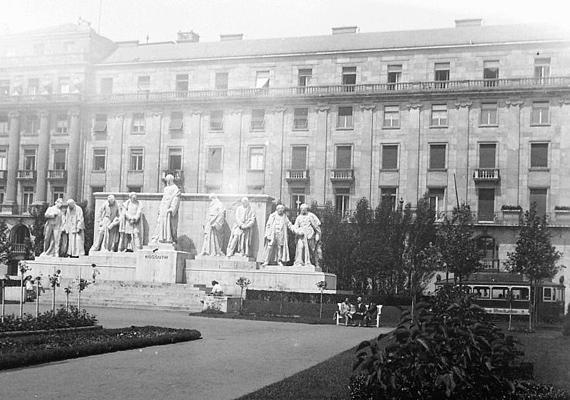 Hajdanán ezek a szobrok díszítették a Kossuth teret.
