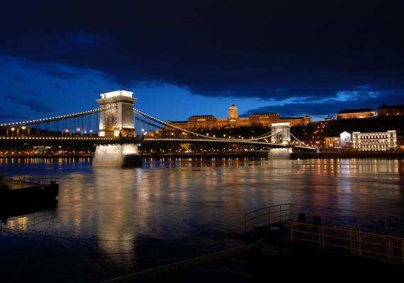 Budapest elfogulatlanság nélkül az egyik legszebb történelmi város, kivilágított hídjaival és a múltat őrző épületeivel bárkit levesz a lábáról.
