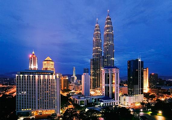 Malajzia fővárosának, Kuala Lumpurnak eleven szívdobbanásait még az éjszakai égbolt sem tudja elnyomni. Kivilágított felhőkarcolói önmagukért beszélnek.