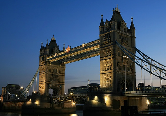 London ódon hangulata a régi időket idézi, különösen akkor, amikor a nap már a látóhatár alá csúszik, és felkapcsolják a város éjszakai világítását.