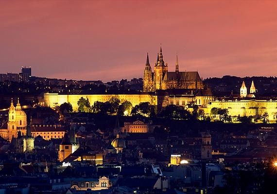 A cseh főváros, Prága történelmi szépségét csak még jobban kiemeli a délutáni alkony és az éjszaka.