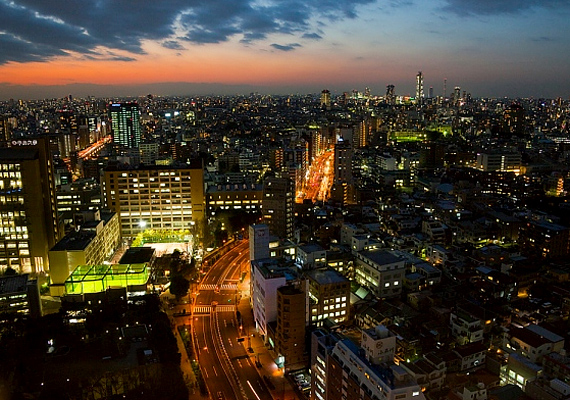 Tokió még az est leszálltával is igazi energiabomba. Forgalmas főútja olyan hatást kelt, mintha egy tűzcsík szelné ketté a metropoliszt.
