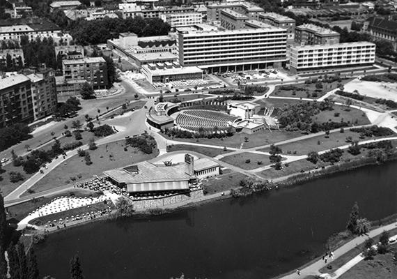 Ilyen volt a Feneketlen-tó és környéke 1973-ban. Középen az egykor itt fénykorát élt Budai Parkszínpad is látszik.