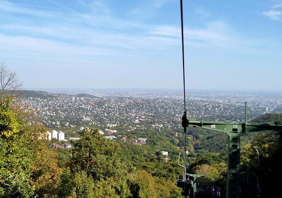 A János-hegyi libegőről mesés kilátás nyílik a fővárosra. Nem mellesleg ez volt az ország első drótkötélpályás függővasútja.