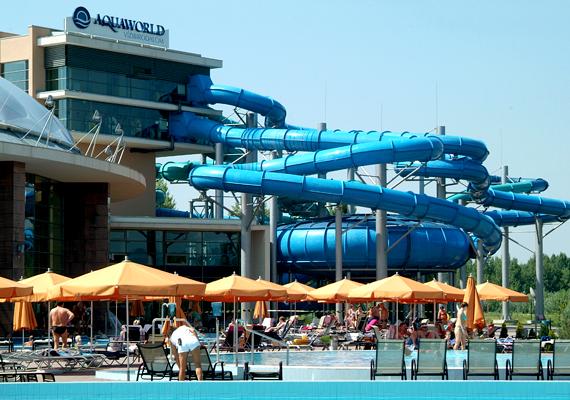 Az Aquaworld Budapest egész évben nyitva tart, de a strandszezonra is ideális választás, ha felejthetetlen vízi élményekre és kalandokra vágysz. Összesen 15 medence - a pancsolótól az úszómedencéig - és 11, összesen közel egy kilométer hosszú csúszda kínál lehetőséget a kikapcsolódásra, a kis örökmozgókat pedig akár játszóházba is viheted. A felnőtt napijegy hétvégén 5690 forint, gyerekeknek 14 éves korig ez 2840 forintba kerül.