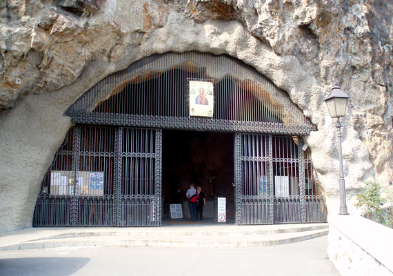 A kommunista rendszerek összeomlásakor a templomot újra megnyitották, 1992-ben pedig a betonfalat is lebontották.