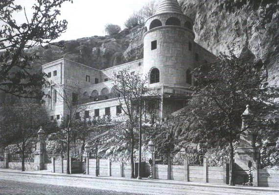 A munkálatok 1931-re fejeződtek be, később azonban - 1932 és 1934 között - egy neoromán stílusú kolostorral is bővítették a templomot a dunai oldalon, hogy a Lengyelországból hazatelepülő pálos szerzetesek otthona lehessen. A képen ez utóbbi látható.