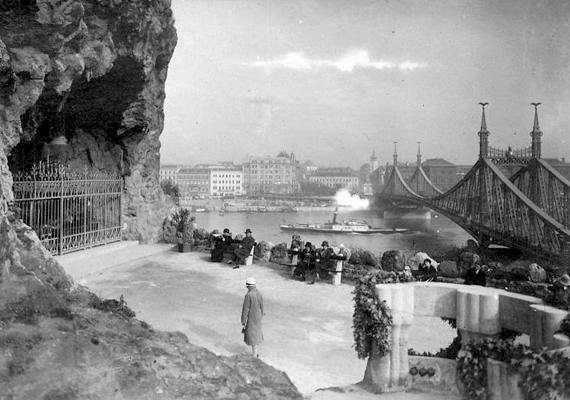 Ilyen volt a hely régen. A Sziklatemplom kialakításának gondolata 1924-ben vetődött fel, miután egy magyar zarándokcsoport a franciaországi Lourdes-ban járt. Utóbbi mintájára szerettek volna engesztelő szentélyt emelni a magyarok patrónájának, Szűz Máriának a tiszteletére.