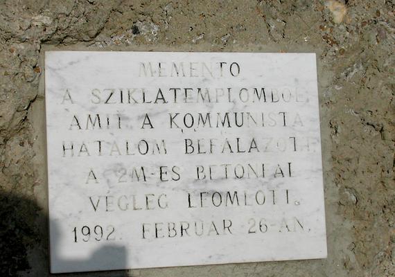 A szerzeteseket elhurcolták - börtön vagy kivégzés várt rájuk -, a Sziklatemplom bejáratát pedig később betonfallal zárták le. Az emléktábla is erre utal.