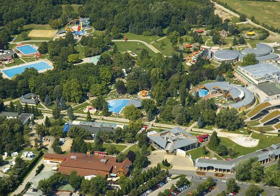 Szinte hihetetlen, hogy Bükfürdő története alig több mint 50 évre nyúlik vissza: a tulajdonképpeni felemelkedés1962-ben, az első, részben fedett medence átadásával kezdődött. Azóta azonban egy percig nem álltak le a fejlesztésekkel, így a sok egyéb látnivaló és létesítmény mellett mára a gyógyfürdő 32 medencével várja a vendégeket.