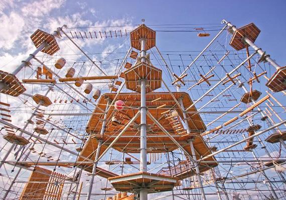 Ha pedig kedveled az extrémebb sportokat, akkor irány a Kristály Torony, amely a Hotel Caramel mellett helyezkedik el. A 17 méter magas, 35 méter széles és 90 elemet tartalmazó kristályszerkezetű, háromszintes, a legmodernebb technológiával összeállított, látványos mászó- és kalandpályán akkor is lehet sikerélményed, ha még soha nem próbáltál hasonlót.