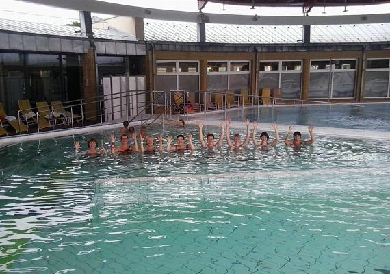 A siker nem véletlen: a büki fürdőzés már régen nem kizárólag a gyógyulni vágyóknak élmény, hanem bárkinek, aki idelátogat. A fürdőben kinti és benti medencék várnak - a gyógyvizes medencék 32-38°C-os, a strand- és sportolásra alkalmas medencék 26-28°C-os vízzel vannak feltöltve. Ha pedig gyerkőcökkel mész, ők speciálisan számukra kialakított, csak általuk igénybe vehető gyermekmedencékben pancsolhatnak.