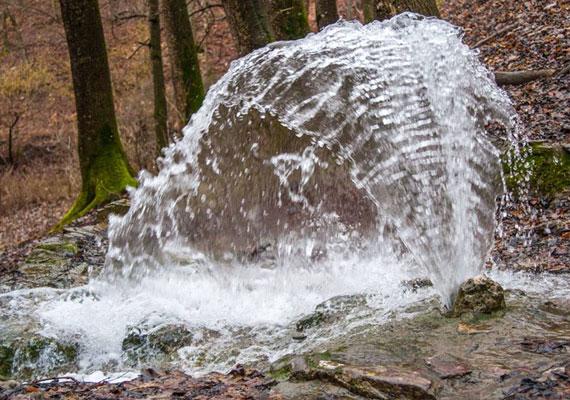 A víz magassága a nyomástól függ, de akár egy-két méterre is feltörhet.
