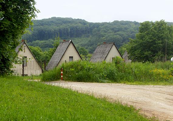 Az eredetileg Újhutaként ismert falu 1940-ben kapta meg a Bükkszentkereszt nevet. Ma körülbelül 1200-an élnek itt.