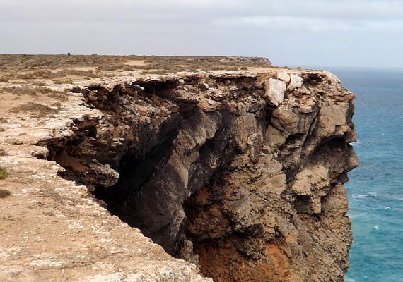 Mintha a tenger kiharapott volna egy darabot a sziklából.
