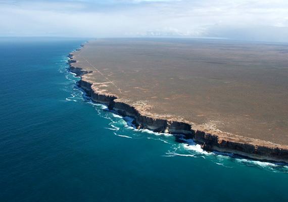 A bámulatos sziklák több mint száz kilométer hosszan húzódnak a parton.