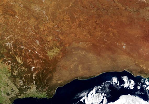 A NASA felvételén a félkör alakú, halványabb terület jelöli a síkságot.