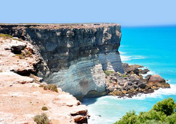 A sziklafalon jól látszanak az egyes rétegek.