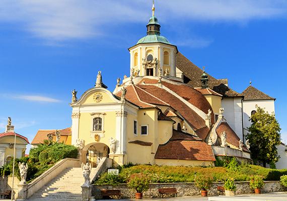 A képen az eisenstadti Bergkirche, vagyis a Hegytemplom látható, a templomból nyíló mauzóleumban temették el Haydnt. Burgenland napjainkban is tisztelettel adózik a tartomány zenetörténeti jelentősége előtt, számos ezzel kapcsolatos fesztivált - többek között operafesztivált - tudhat a magáénak minden évben.