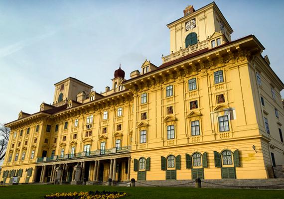 Szintén igazi kulturális csemegét jelent Eisenstadt, vagyis Kismarton, amely amellett, hogy a tartomány székhelye, otthont ad a híres Esterházy-kastélynak, illetve a ma múzeumként működő Haydn-háznak is, ahol 1766 és 1778 között Joseph Haydn élt.