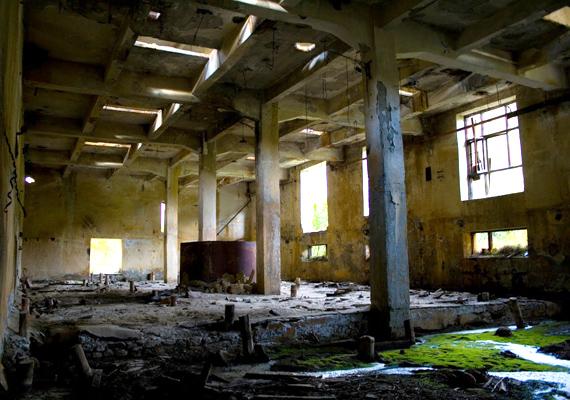 Ma már nem csak kívülről kísérteties a hely, hanem belülről is. Még a szakemberek és történészek is csak félve mernek bemerészkedni az omladozó épületbe.