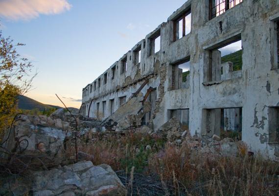 A tábor 10 éves fennállása alatt 380 ezer ember halt meg a falak között. Hogy az ő holtesttükkel mi történt, azt csak sejteni lehet.