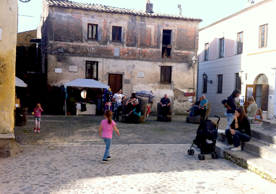 Bár a művészek idővel meggyőzték a hatóságokat, hogy egy város nem omlik csak úgy össze, és lakhatási engedélyt kaptak, sokan máig úgy vélik, hogy kockázatos hosszú távra tervezni Calcatában.