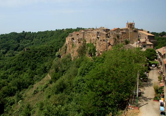 Calcata városát a Treja folyó völgye fölött, egy vulkanikus eredetű sziklaormon építették fel.
