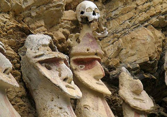Korábban nyolc álló temetkezési kapszula volt látható, azonban az egyik egy 1928-as földrengés során összeomlott. A kutatók valószínűsítik, hogy mindegyik, főként agyagból készült szarkofág belsejében - ahhoz hasonlóan, amit már felnyitott állapotban is láttak - egy magzatpózban elhelyezett múmia található, állati bőrön ülve, halotti öltözetbe burkolva, kerámia- és más tárgyakkal körülvéve. A szarkofágokon található koponyák nem a halottakhoz tartoznak, vélhetően trófeaként szolgáltak.