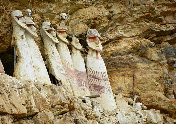 A szakirodalomban, illetve a nemzetközi sajtóban gyakran óriásmúmiákként is emlegetett Carajía vagy Karijia szarkofágok egy perui folyószurdokban, az Utcabamba-völgyben találhatók, olyan magasan a sziklafalba elhelyezve, ami biztosította, hogy századokon keresztül ne háborgassa őket senki.