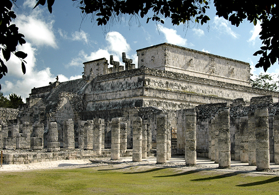 Chichén Itzát a maják alapították körülbelül 435 és 455 között, egy időre azonban elhagyták a területet víznyelőik kiszáradása miatt. Később visszatértek, a város történetét azonban legalább annyira meghatározták a toltékok, mint a maják, miután ugyanis előbbiek elfoglalták a települést, a két nép szövetségre lépve élte itt tovább életét. A képen a város híres, piramisszerű építménye, a Harcosok temploma látható, mely a harcosok erényeit és életét szimbolizálja.