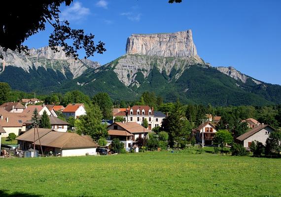A hegyorom alatt fekvő francia település, Chichilianne kedvelt célpontja a turistáknak.