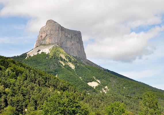 A sziklaorom fenyegető hatását enyhíti a zöld, lankás táj szépsége és nyugalma.