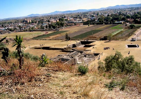 A piramis és környéke körülbelül egy 154 hektáros régészeti lelőhelyet jelent, azonban csupán hat hektárt sikerült mindezidáig feltárni, köszönhetően többek között annak, hogy a munkálatokat nehezíti, hogy egyes területek magánkézben vannak.