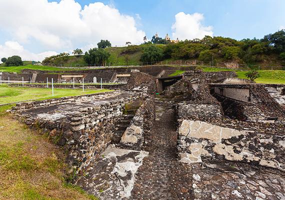 Az intenzív régészeti feltárások 1931-ben kezdődtek meg, és jelenleg is tartanak. Mivel a piramisnak csupán egy része tűnik elő a domb alól, bizonyos szögből szemlélve még ma sem tűnik a helyszín többnek természeti képződménynél.
