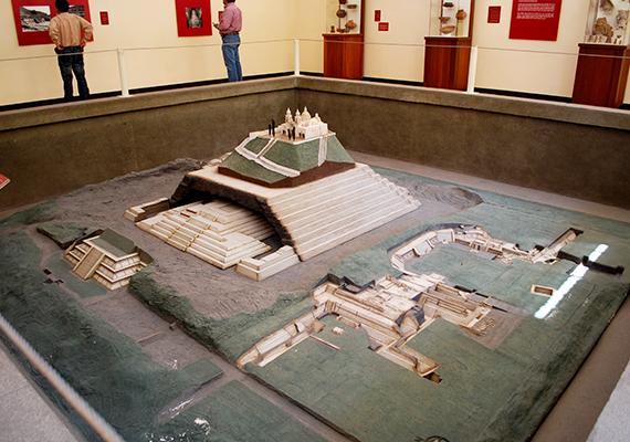 A cholulai piramist az Újvilág legnagyobb piramisának tartják, a világ legnagyobb térfogatú piramisaként pedig még a Guinness-rekordok könyvébe is bekerült. Meg kell azonban említeni, hogy míg számos forrás valóban a világ legnagyobb piramisaként említi, mások szerint csupán egyike a leghatalmasabbaknak, ugyanis úgy tartják, rekorder térfogatát a századok során megvalósuló egymásra építéseknek köszönheti, a piramis maga pedig kisebb, mint amit előbbiek összessége jelent.