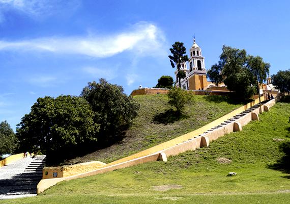 San Andrés Cholula és híres piramisa, a nagy piramis mellett cholulai piramisnak és Tlachihualtepetl-nek is nevezett építmény Mexikóvárostól körülbelül száz kilométerre található. A Tlachihualtepetl jelentése mesterséges hegy, amely tökéletesen illik a piramisra, azt ugyanis hosszú ideig egy átlagosnak tűnő, növényzettel borított domb rejtette magában.