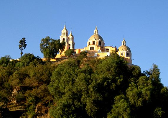 Mikor a spanyolok a 16. században megérkeztek, templomot emeltek a dombtetőn. Állítólag Cortés észre sem vette a piramist, más vélekedések szerint azonban megvolt az alapos oka, hogy épp ide építették a katolikus templomot. Az Iglesia de Nuestra Señora de los Remedios ma is látható a dombtetőn.