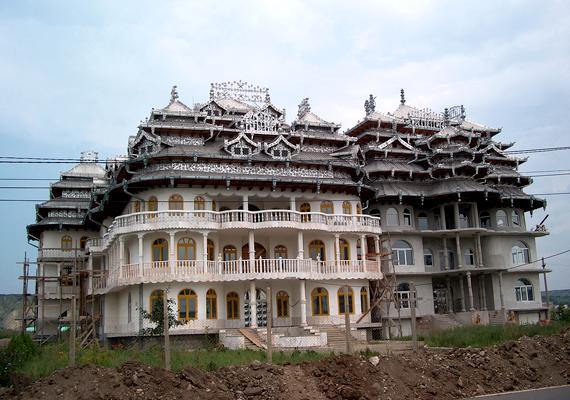 Bánffyhunyad roma lakói igyekeznek minél nagyobbra és cifrábbra építeni házaikat, így jelezve a közösségen belül elfoglalni kívánt helyüket.