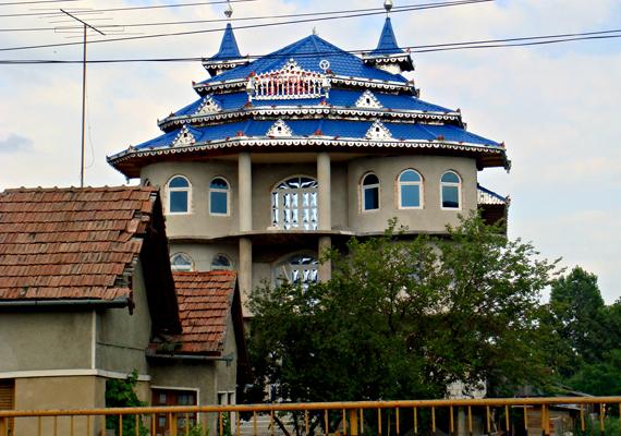 Az egyik leghíresebb bánffyhunyadi palota címét ez a kék tetős ház tudhatja magáénak.
