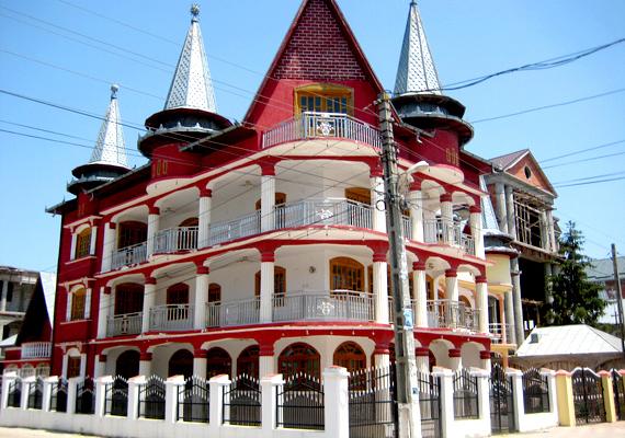 Romániában azonban nemcsak Bánffyhunyadon láthatók a cigánypalota-építészet alkotásai, hanem az ország más részein is. Érdemes belelapozni korábbi cikkünkbe, kattints ide!