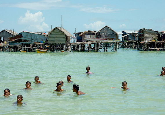 Az ázsiai baju népcsoport tagjait vízi cigányoknak is nevezik, mert szintén nomád módon, a társadalomról majdnem teljesen függetlenül élnek. Kattints ide, és nézz meg még több képet!