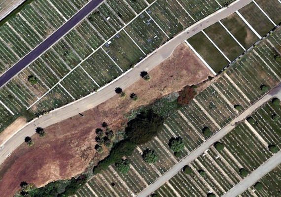 Így néz ki a város a magasból. 17 temetővel rendelkezik, amelyek a területének körülbelül 73%-át teszik ki.