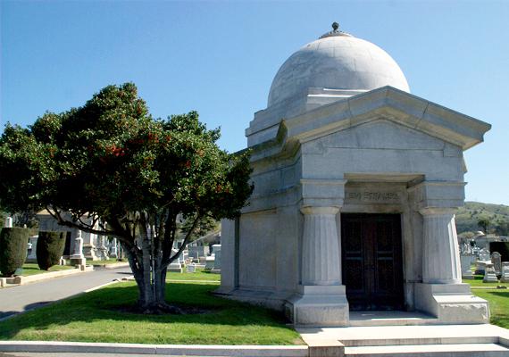 Híres emberek is nyugszanak itt. A sírok között van a legendás baseballjátékos, Joe DiMaggio vagy a farmercéget alapító Levi Strauss nyughelye is. A képen utóbbi látható. Jellege mellett részben ennek is köszönhető, hogy a temetőváros a turisták körében is népszerű úti célnak számít.