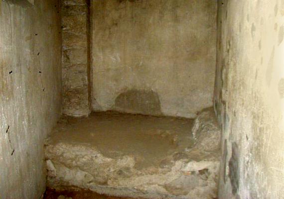 A múzeumban az ábrázolások mellett egyéb látnivalók is várják az érdeklődőket, a képen például egy pompeji bordély fekhelye látható.