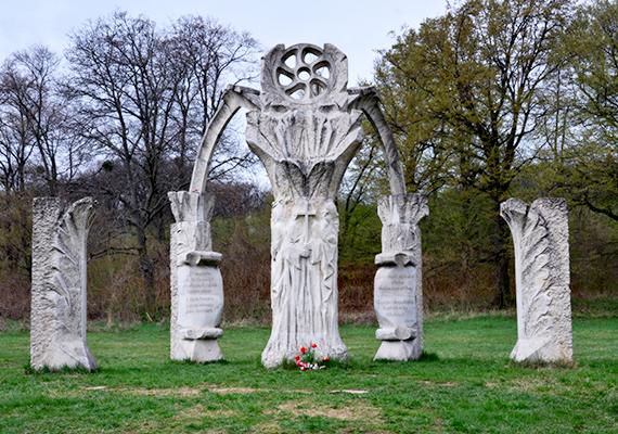 A helyet emberölő völgynek is szokás nevezni, a feltételezések szerint ugyanis körülbelül 25 ezer ember esett itt el, illetve került török fogságba - előttük is tiszteleg az itt található emlékhely, mely Kovács György szobrászművész alkotása. További képekért kattints ide!